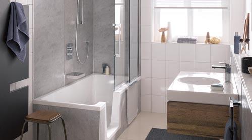 Die neue Duschwanne Dobla von HSK Duschkabinenbau verwandelt sich mit wenigen Handgriffen von einer großzügigen Duschwanne in eine Badewanne.