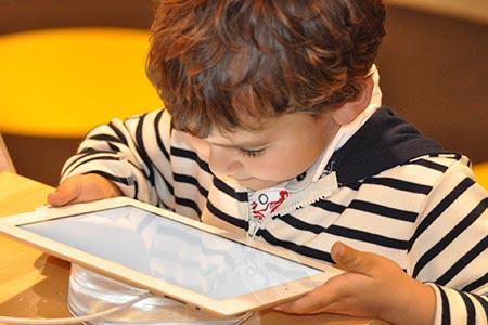 Symbolbild Kind mit Tablet