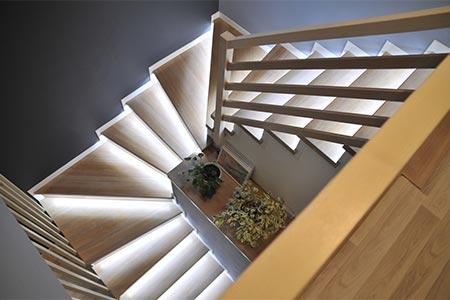 Treppenhaus mit beleuchteten Treppenstufen
