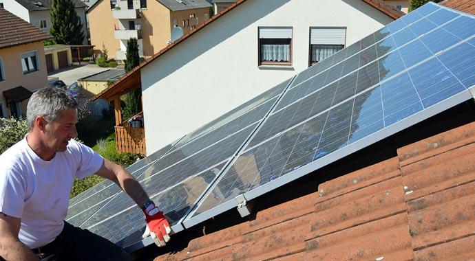Handwerker bei der Überprüfung eines Solarmoduls