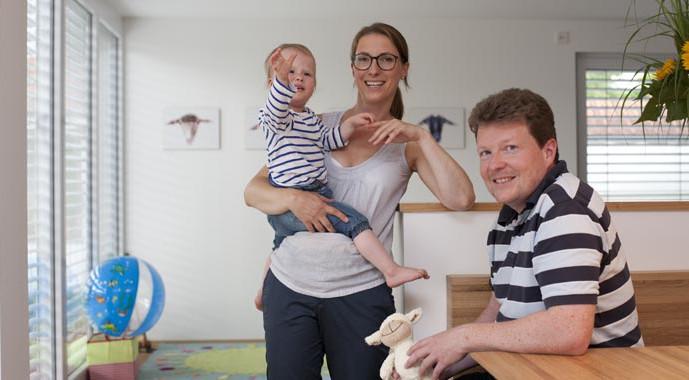 Die junge Baufamilie Willner glücklich vereint in ihrem neu gestalteten Wohn-Essbereich.