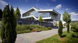 Metall, Glas und Sichtbeton geben diesem Haus ein modernes Gesicht. Im Innern vernetzt ein KNX System die gesamte Gebäudetechnik.