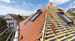 Hausdach während einer Dachsanierung mit BAUDER