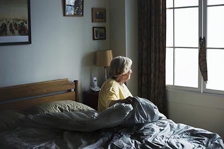 Symbolbild Seniorin beim Aufstehen