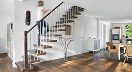 Runde Handläufe, eine Stufendicke von mehr als sechs Zentimeter und ein Radius zwischen zwei bis zehn Millimetern bei der Stufenvorderkante dienen der Sicherheit bei Treppen.