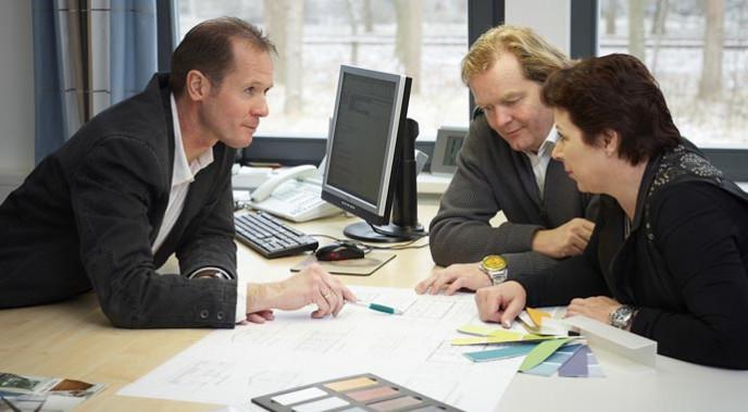 So viel als möglich sollte schon vor Vertragsschluss in die Leistungsbeschreibung aufgenommen werden. So können die Bauherren eigene Vorstellungen einbringen, die für den Bauträger verpflichtend sind.