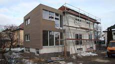Der Anbau, der Willners 75 Quadratmeter zusätzlichen Wohnraum bescheren wird, hat sein endgültiges Gesicht erhalten. Der Vollwärmeschutz (WDVS) konnte aufgrund der Witterung nicht mehr angebracht werden.