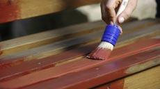Vor dem Auftragen der AURO-Holzlasur sollte die Oberfläche komplett gereinigt werden. Mit Schleifpapier wird die Oberfläche angeraut und so ein ebenmäßiger Untergrund geschaffen. Im Anschluss erfolgt der Anstrich mit einem Pinsel.
