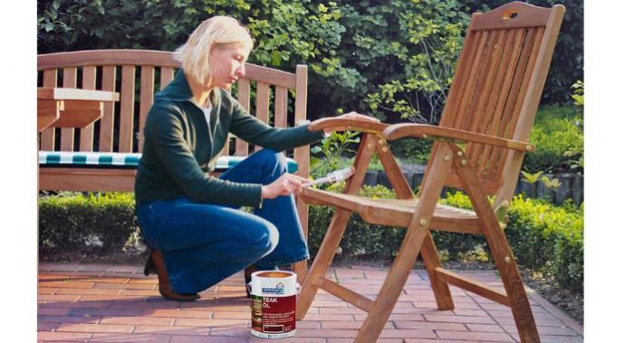 Spezielle Gartenholz-Öle, abgestimmt auf die Holzarten, schützen vor Verwitterung und Vergrauung.