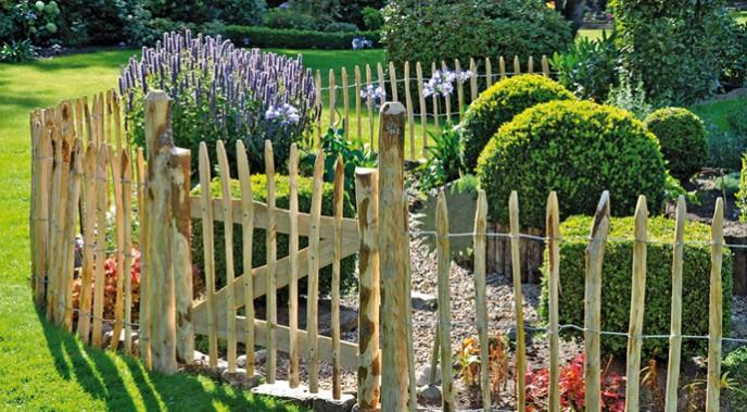 Mit kleinen Holzzäunen lassen sich Blumenbeete elegant einfassen.