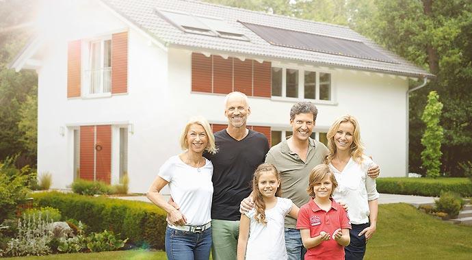 Familie vor Haus mit einer Solaranlage von Paradigma