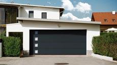 """Das Garagensektionaltor """"Superior+ 42"""" von Normstahl kann passend zum Wohnambiente ausgesucht werden."""