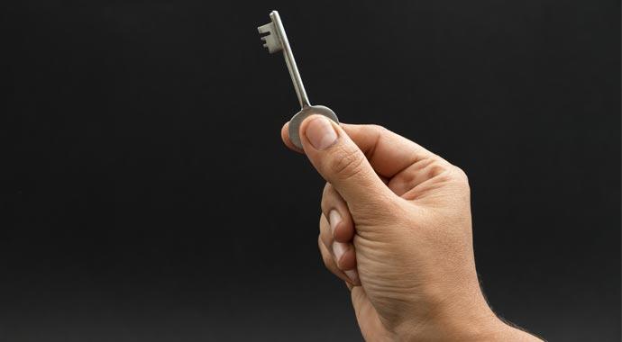 Symbolbild Hand mit Schlüssel