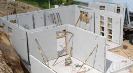 Montage eines Fertigkellers auf der Baustelle.
