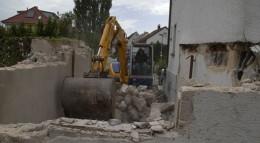 Gleich nach der Baufreigabe machen sich die Willners an den Abriss der alten Garage.