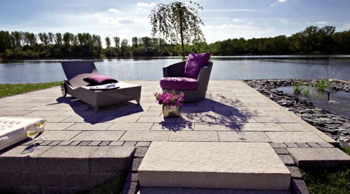 Erst Gestaltungselemente wie Terrassen- oder Gartenplatten, Mauern und Stufen verschaffen dem Außenbereich seine individuelle Optik.