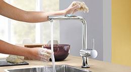 Die Küchenarmatur Minta touch von Gröhe lässt sich mit einer leichten Berührung aktivieren.