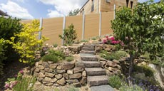 Ob Verkleidungen von Fassaden, als Zaunelement, Sicht- und Sonnenschutz oder beim Bau Carports und Gartenhäusern, das Rehau Rhombusprofil kann vielfältig eingesetzt werden.