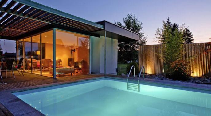 Für Kaufinteressenten kann ein Pool ein Grund mehr für den Erwerb einer Immobilie sein.