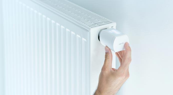 Funkgesteuerter Heizkörper-Thermostat io von Somfy