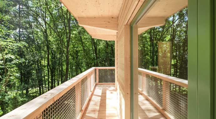 Umlaufender Balkon aus Holz