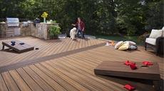 Terrassendielen von Trex bestehen zu 95 Prozent aus recycelten Materialien: Plastiktüten, Holzabfälle und Sägemehl. Kein Baum wird gefällt, kein Regenwald gerodet.