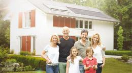 Familie vor Haus mit Solaranlage von Paradigma