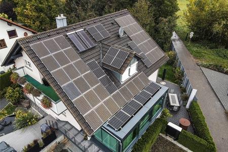 Hausdach mit Photovoltaik-Anlage