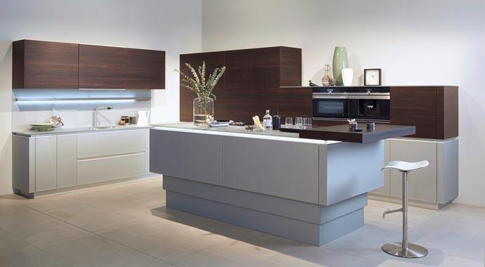 Zweifarbige Küche von Zeyko mit Highboard