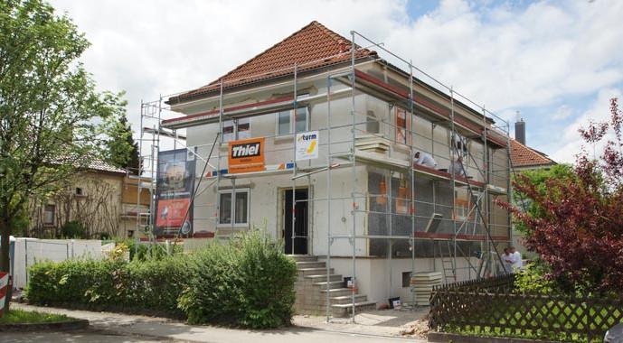 Auf der Baustelle in Herrenberg werden die letzten Arbeiten verrichtet. Ein Meilenstein für die energetische Sanierung stellt die frisch aufgebrachte Fassadendämmung dar.