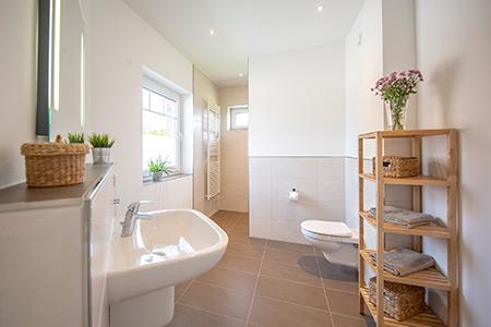 Badezimmer Stadtvilla Lugana von Roth-Massivhaus