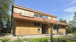 Das Hado Bogenhaus von Arkus besteht aus ökologischen und wohngesunden Baustoffen wie Holz, Lehmputz und Ziegeln.