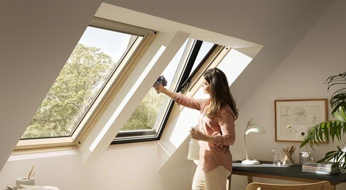Fensterputz bei einem Dachfenster von VELUX