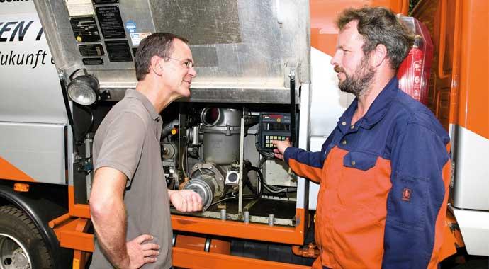 Kundengespräch vor Premiumheizöl-Tankwagen