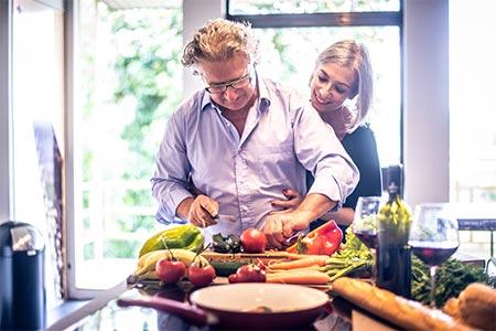 Älteres Paar beim gemeinsamen Kochen