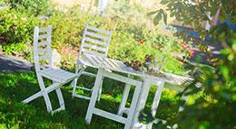 Gartenmöbel aufbereitet mit Aqua Holzlasur und Lack von Auro