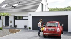 Garagentore von Teckentrup bieten Schutz vor Einbruch und Witterung. Darüber hinaus bietet ein Torantrieb jede Menge Komfort.