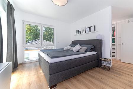 Schlafzimmer Stadtvilla mit Walmdach von HELMA Eigenheimbau AG