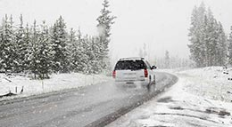 Auto auf verschneiter Straße