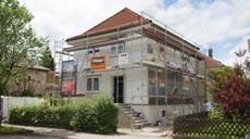 Die Modernisierungsarbeiten am alten Siedlungshäuschen halten die Bauherren auf Trapp!