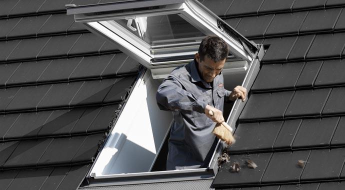 Laub und Schmutz bei Dachfenstern regelmäßig entfernen