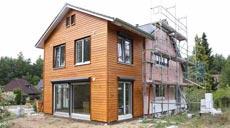 Neben größeren Räumen, mehr Helligkeit und Platz muss das Eigenheim modernen energetischen Ansprüchen genügen.