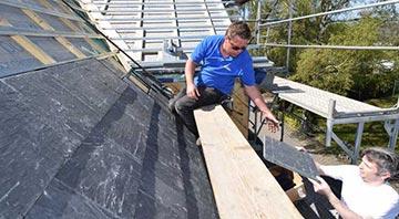 Dachdecker arbeiten an einem Schieferdach von Rathscheck
