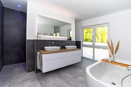 Badezimmer Stadtvilla mit Walmdach von HELMA Eigenheimbau AG