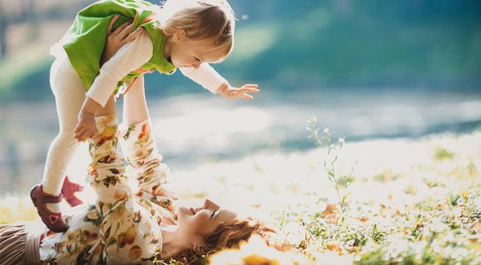 Mutter mit Kleinkind auf Blumenwiese