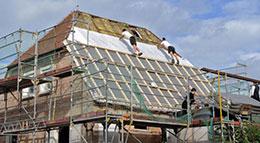 Die KfW-Bank fördert die Dachdämmung mit attraktiven Krediten.