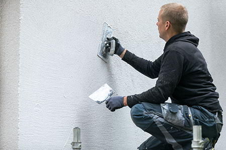 Handwerker bei Fassadenarbeiten