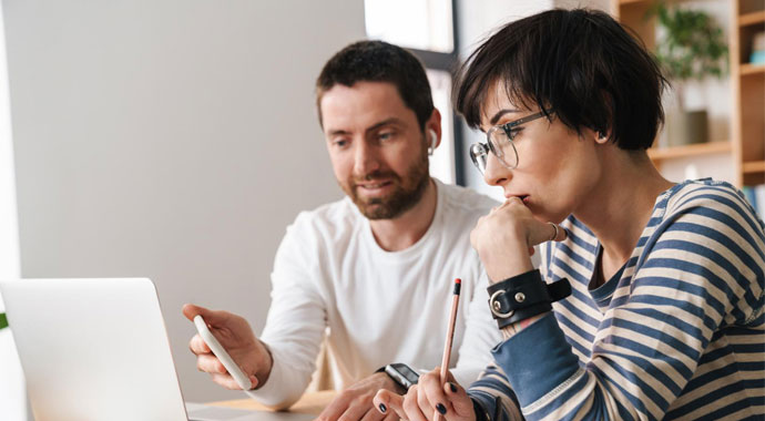 Paar bei der Planung
