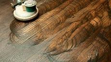 """Die so genannte """"Ölwäsche"""" mit natürlichem Pflegeöl von Leinos bringt Holzböden wieder zum Glänzen."""