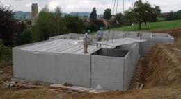 Fertigkeller werden aus einzelnen Fertigteilen im Werk vorgefertigt und auf der Baustelle montiert.